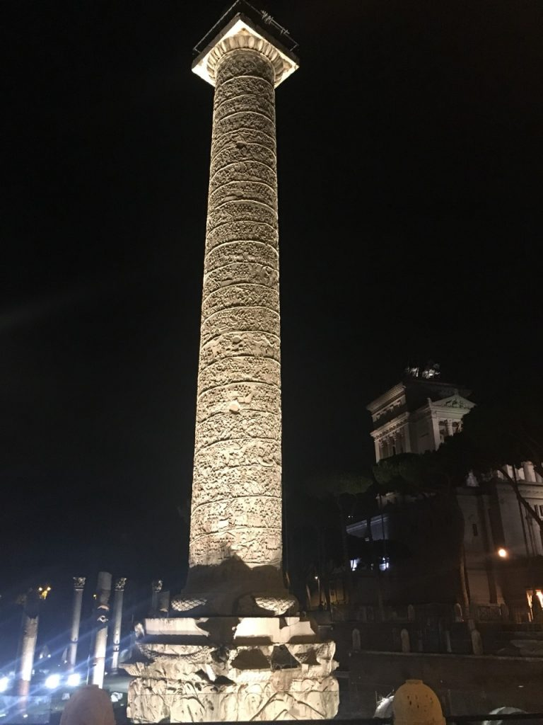 Колонна Траяна вечером
