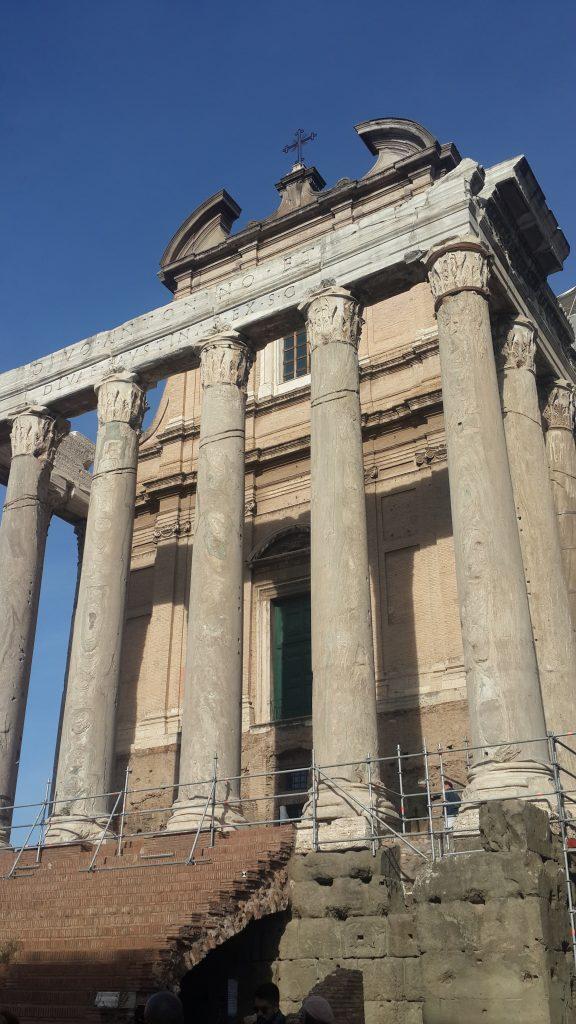 Храм императора Антонина и его жены Фаустины на Римском форуме.