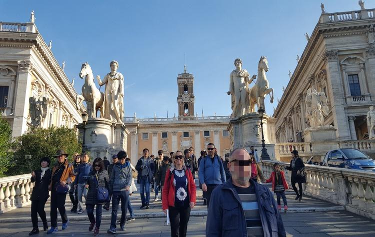 Площадь Капитолия и лестница. Статуи по бокам лестницы были обнаружены при раскопках Помпеи в 16 веке и привезены сюда. Лестница имеет широкие ступени не случайно: кроме людей, по ней могли проезжать и лошади с повозками.