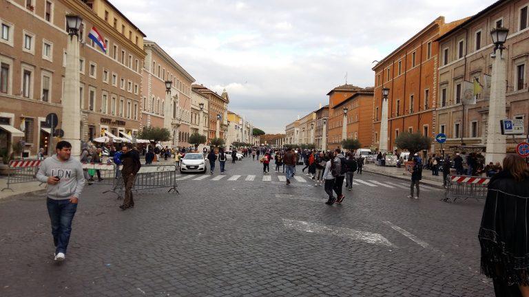 Улица Кончилиационе, обелиски вдоль улицы римляне прозвали медицинскими свечами.
