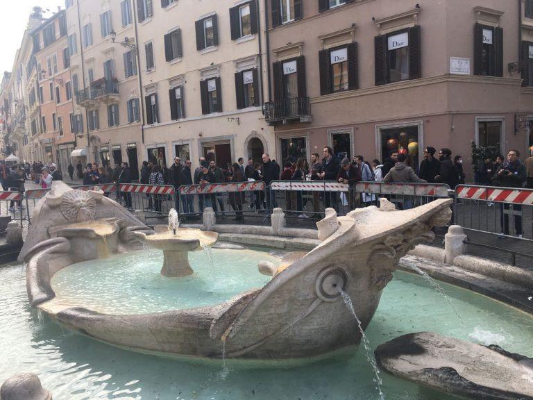 """Фонтан """"Лодочка"""". Улицы, расположенные рядом с фонтаном, представляют собой центр модной жизни, здесь что ни дом, то бутик известной марки."""