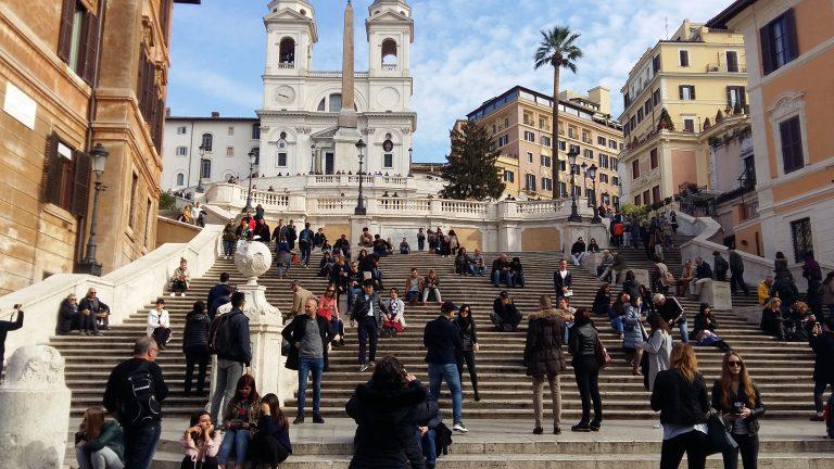 Испанская лестница и Церковь Тринита деи Монти. Не так давно туристам запретили сидеть на ступеньках лестницы, за нарушение полагается приличный штраф. Слава богу, запрета на ходить и стоять еще нет.