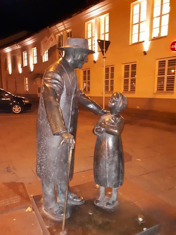 Памятник доктору Цемах Шабад