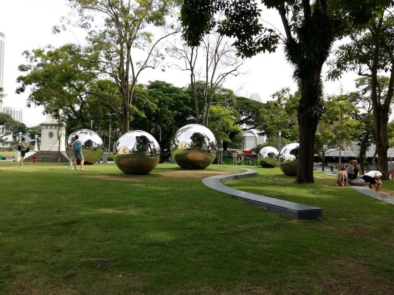 Зеркальные шары в Сингапуре