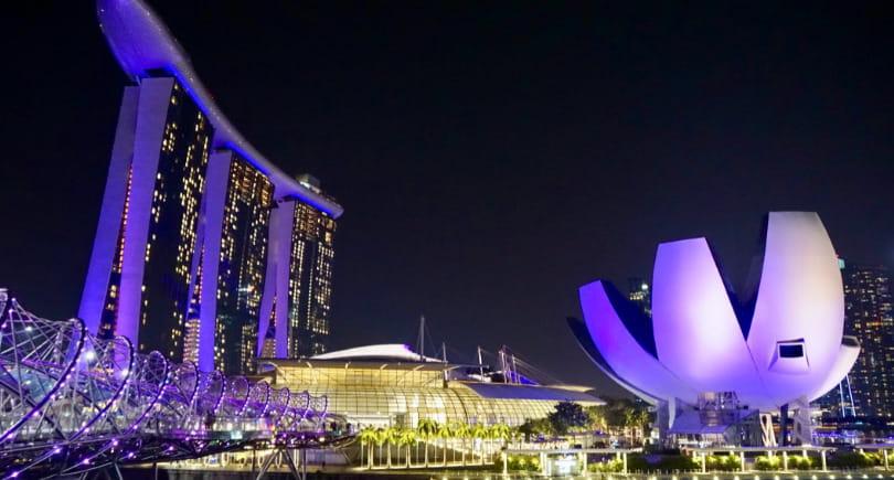 Мост Хеликс Бридж, отель Марина Бэй Сандс и Музей искусства и науки вечером в Сингапуре