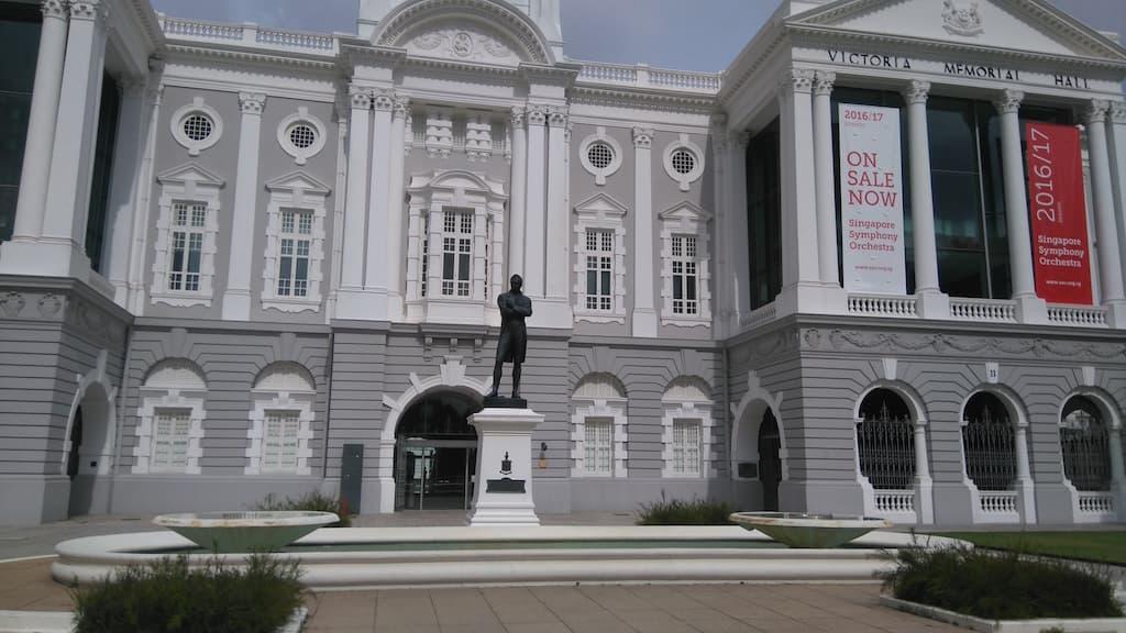 Памятник Томасу Раффлз и театрально-концертный зал Виктория Сингапур